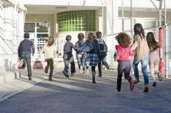 学校から子供はいつ帰ってきますか?
