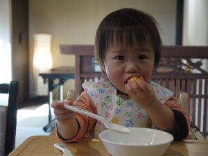 小さいころから正しく食べる練習をしましょう