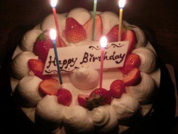 誕生日のケーキのろうそくは一息で消そう